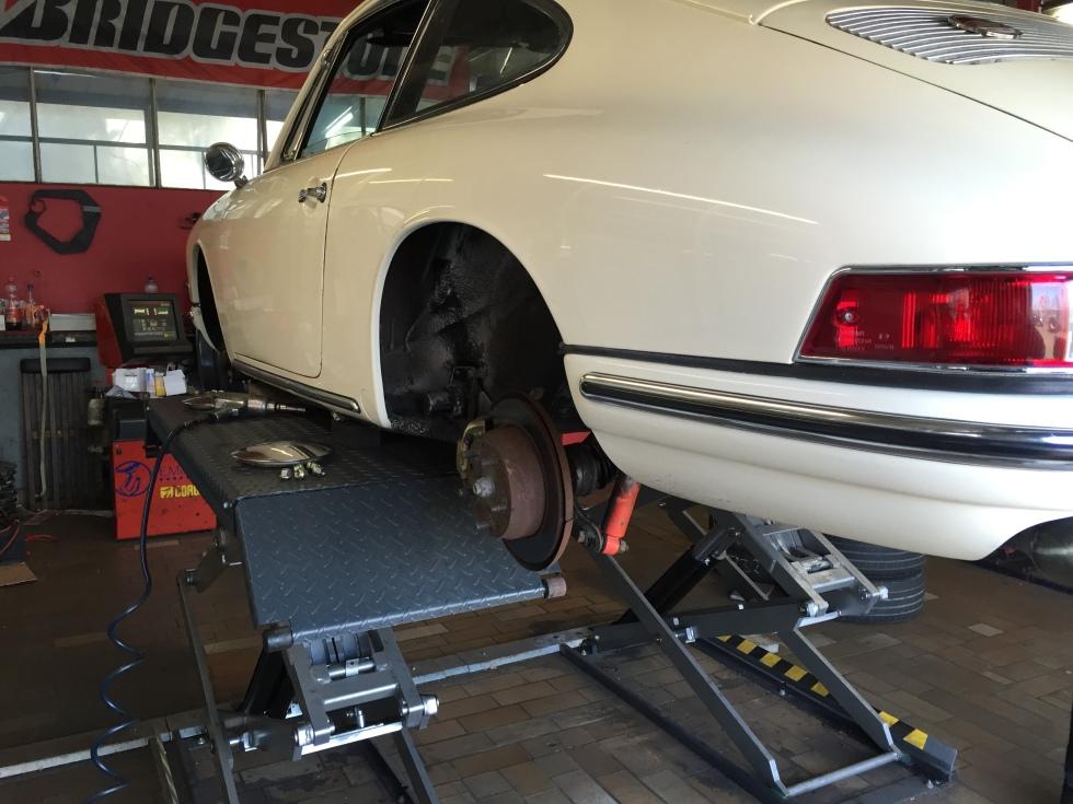 Porsche 912 beim Reifenwechsel
